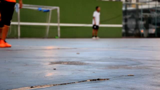 spielen sie fußball am abend - grundstück stock-videos und b-roll-filmmaterial