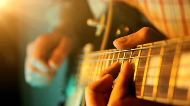 vídeos de stock, filmes e b-roll de tocar violão - música acústica