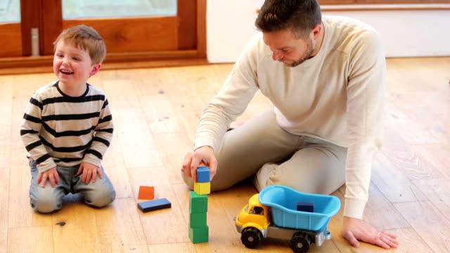 Juegue tiempo con el uso de un Dad - vídeo