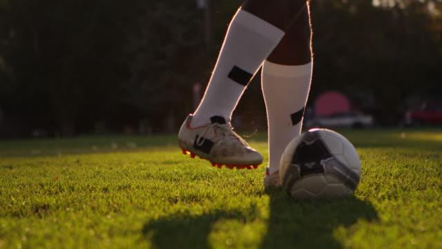 ヴィンテージレコードドリブルボール - サッカークラブ点の映像素材/bロール