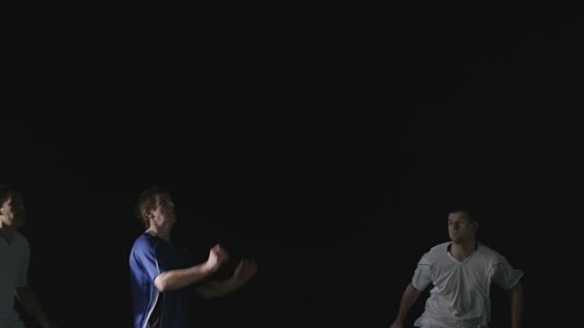spieler heads ball zwischen zwei gegner - geköpft stock-videos und b-roll-filmmaterial