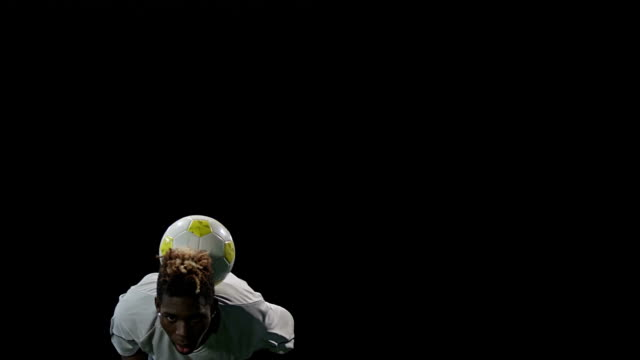 spieler hält den ball ausgewogene - geköpft stock-videos und b-roll-filmmaterial