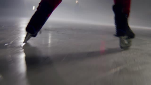 stockvideo's en b-roll-footage met speler leidt puck met stok om poort op ijsarena aan te vallen - sportcompetitie