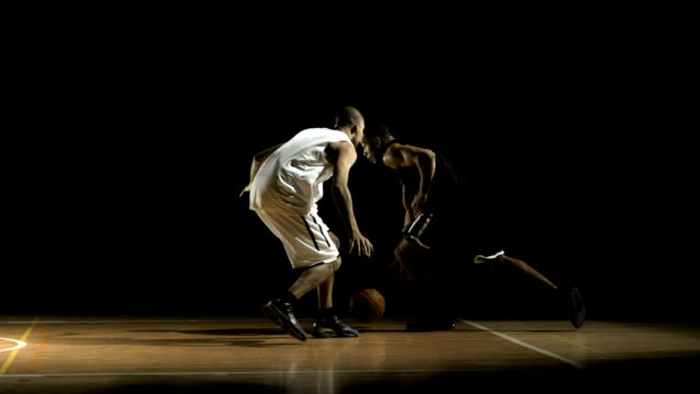 stockvideo's en b-roll-footage met player penetrating to the basket (super slow motion) - basketbal teamsport