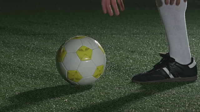spieler-sets bis free kick aufnahme - strafstoß oder strafwurf stock-videos und b-roll-filmmaterial