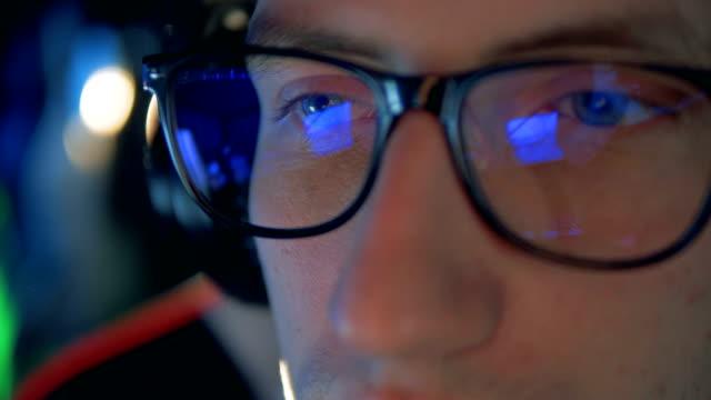 コンピューターに座っているプレーヤー、ビデオゲームを再生するには、クローズ アップ。 - ゲーム ヘッドフォン点の映像素材/bロール
