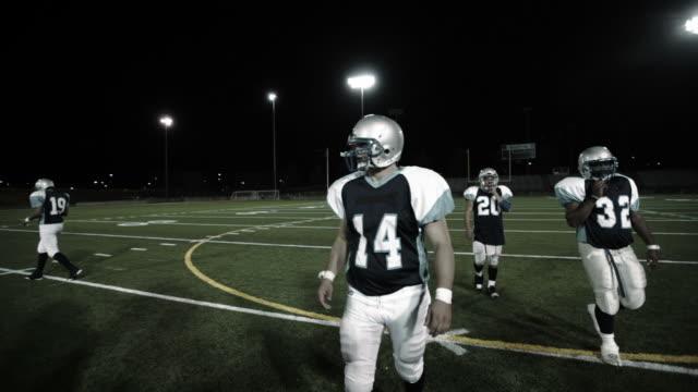 stockvideo's en b-roll-footage met players break from huddle - huddle