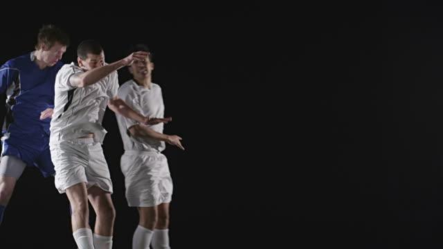 spieler, die bekämpfung nach dem ball zu fahren - geköpft stock-videos und b-roll-filmmaterial