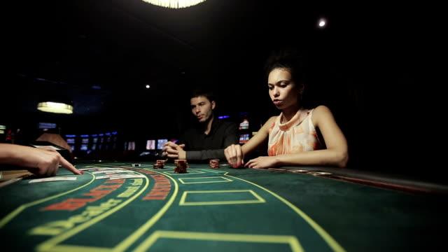 vídeos de stock e filmes b-roll de jogadores no casino, jogar blackjack jogo de cartas - 20 24 anos