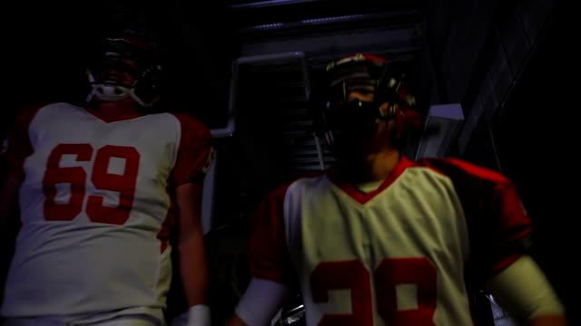 vídeos de stock e filmes b-roll de jogadores a caminhar através do túnel - equipa desportiva