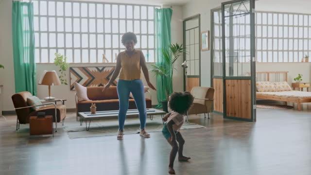 vídeos de stock, filmes e b-roll de ligação lúdica entre mãe e filha dançando em casa - alegria
