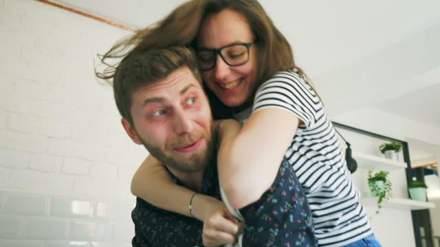 lekfulla par i köket. - maka bildbanksvideor och videomaterial från bakom kulisserna