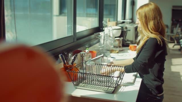 stockvideo's en b-roll-footage met speelse paar afwas thuis - bord serviesgoed