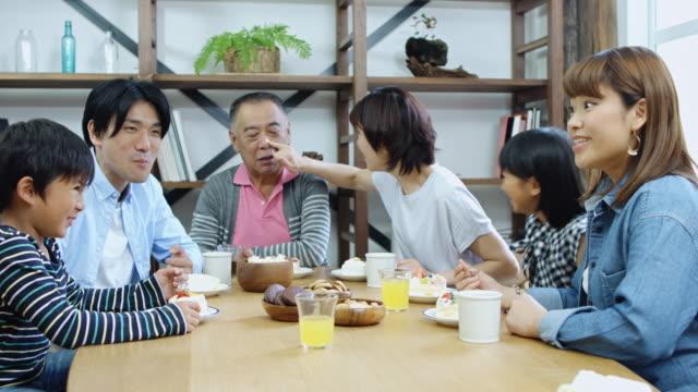 遊び心のある家族ディナーを楽しんで - 家族 日本人点の映像素材/bロール