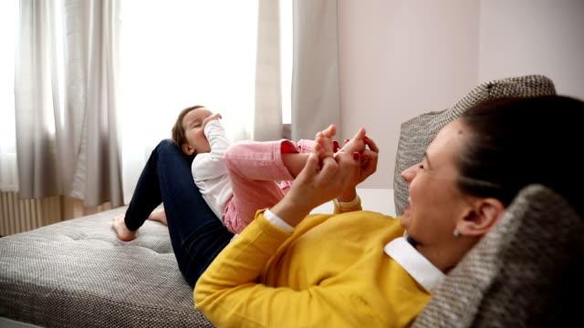 allegra famiglia - fare il solletico video stock e b–roll