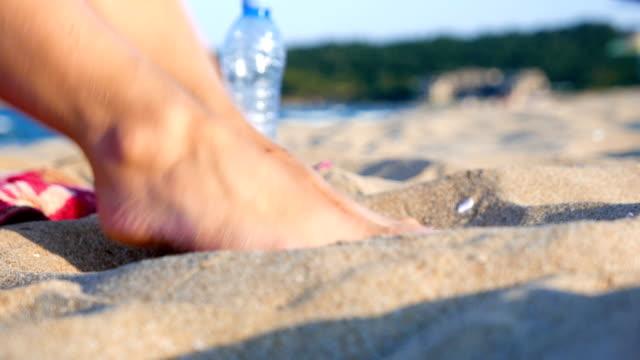 piedi femminili giocosi nella sabbia della spiaggia - dito del piede video stock e b–roll