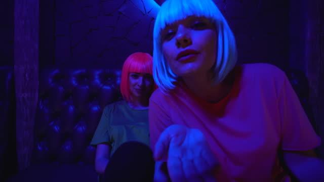 vídeos de stock, filmes e b-roll de meninas brincalhão que emitem o beijo de ar na câmera, levantando sedutor, flertando no partido - clubbing