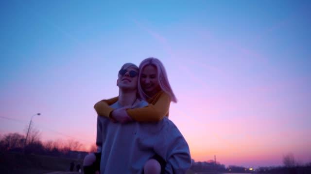 stockvideo's en b-roll-footage met speelse tiener paar - roze haar