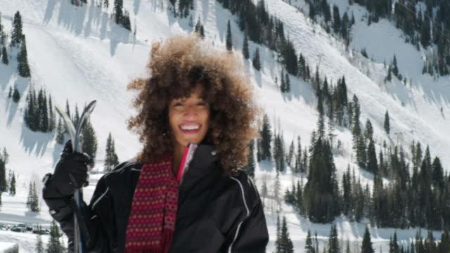 vídeos de stock, filmes e b-roll de mulher brincalhão na neve da montanha de inverno - afro americano
