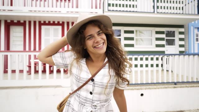 vídeos de stock e filmes b-roll de playful woman running on camera - aveiro