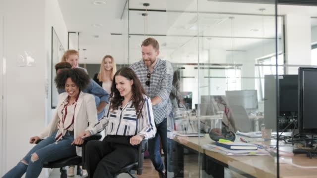Speelse jonge zakenlieden die en Pret bij het Werk lachen video