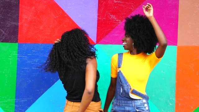 verspielte junge mädchen tanzen - bunt farbton stock-videos und b-roll-filmmaterial