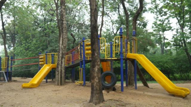 spielplatz im park - kinderspielplatz stock-videos und b-roll-filmmaterial