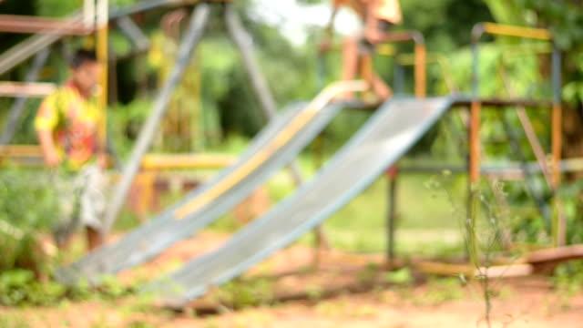 vídeos de stock, filmes e b-roll de playground no parque - foco difuso