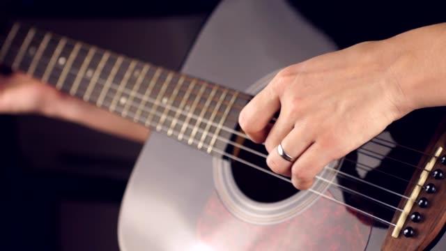 spela en sex-strängad gitarr - akustisk gitarr bildbanksvideor och videomaterial från bakom kulisserna