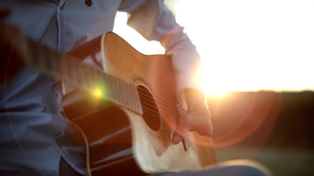 spela akustisk gitarr - gitarrist bildbanksvideor och videomaterial från bakom kulisserna