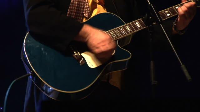 vídeos de stock, filmes e b-roll de hd: tocando uma guitarra acústica - artista