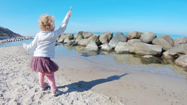 spela på stranden - dansk kultur bildbanksvideor och videomaterial från bakom kulisserna