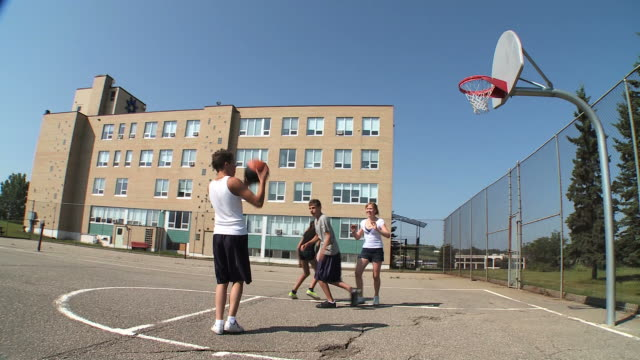stockvideo's en b-roll-footage met hd: playing basketball - basketbal teamsport