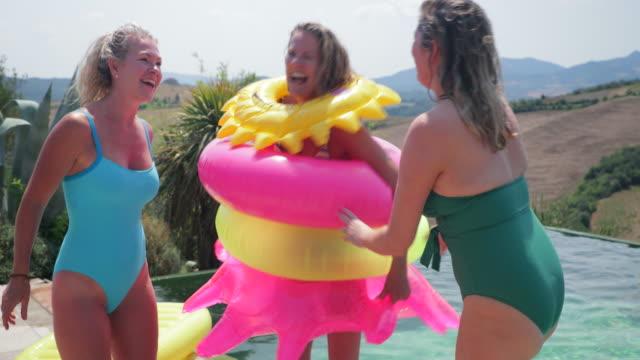 vídeos y material grabado en eventos de stock de jugando en la piscina - backyard pool