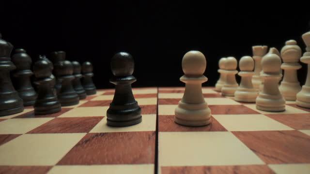schach spielen, figuren stehen auf einem schachbrett, nahaufnahme - könig schachfigur stock-videos und b-roll-filmmaterial
