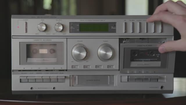 spela kompakt kassett tejp på vintage silver stereo system - sentimentalitet bildbanksvideor och videomaterial från bakom kulisserna