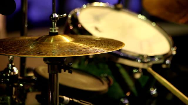 vídeos de stock, filmes e b-roll de tocando baterista - música acústica