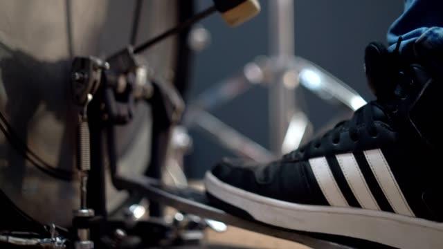 spelar trummor i studion - trumset bildbanksvideor och videomaterial från bakom kulisserna