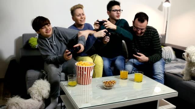 spielen spiel - editorial videos stock-videos und b-roll-filmmaterial
