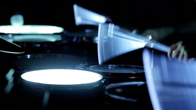 spela glödande trummor med neon trumpinnar. närbild - akustisk gitarr bildbanksvideor och videomaterial från bakom kulisserna