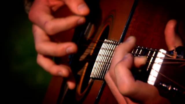 vidéos et rushes de jouer de la guitare - doigt humain