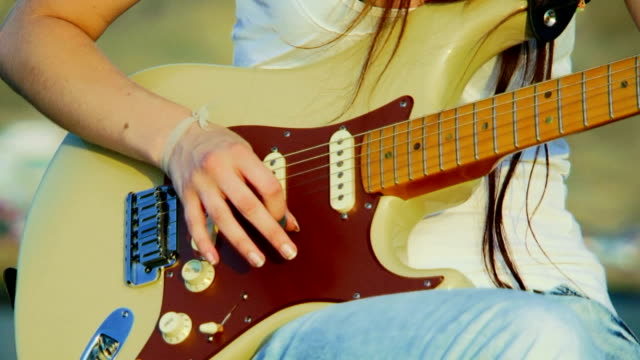 vídeos de stock, filmes e b-roll de tocando guitarra - músico pop