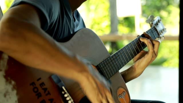 spela gitarr - gitarrist bildbanksvideor och videomaterial från bakom kulisserna