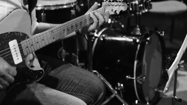 vidéos et rushes de jouer le concert live de jazz: la guitare électrique - instrument à percussion