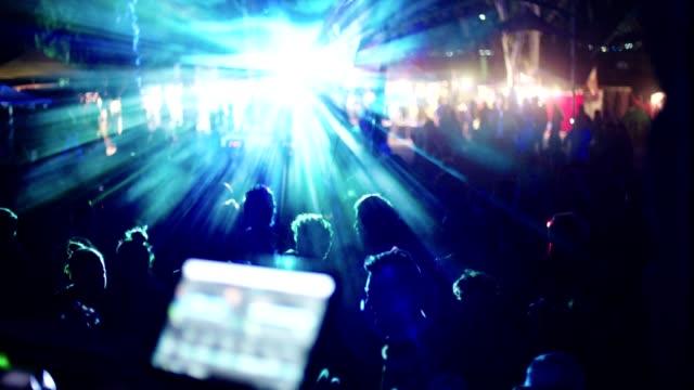 vidéos et rushes de dj, jouer de la musique dans une partie de la grande danse en plein air avec des gens qui dansent - fête de naissance
