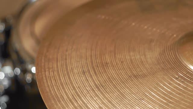 vidéos et rushes de jouant sur les cymbales de batterie de jeu - instrument à percussion