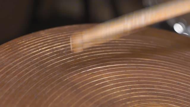 vídeos de stock e filmes b-roll de playing on the drum set cymbals - bateria instrumento de percussão