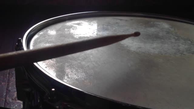 vídeos de stock e filmes b-roll de playing on the snare drum. time lapse - bateria instrumento de percussão