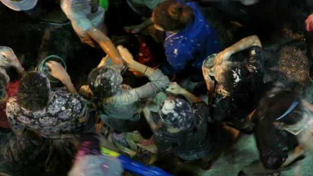 vídeos de stock, filmes e b-roll de tocando em pó na songkran, tailandesa festival de ano novo - ano novo budista