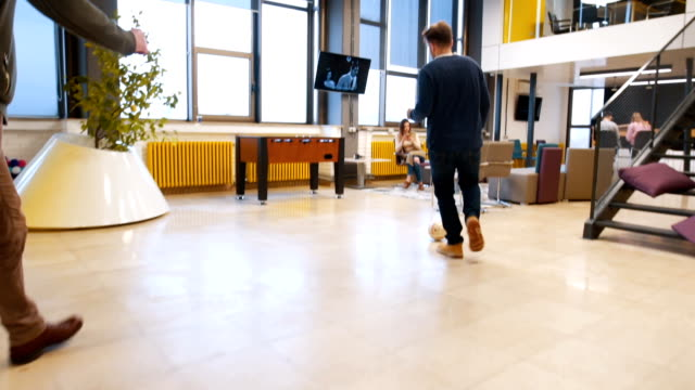 オフィスでサッカー - 階段点の映像素材/bロール